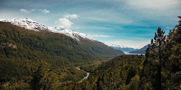 Río entre las montañas en esquel patagonia, argentina - foto de stock