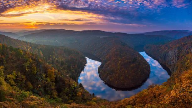 Flussschlucht mit dunklem Wasser und herbstlich bunten Wald. Hufeisenbiegung, Moldau, Tschechische Republik. Schöne Landschaft mit Fluss – Foto