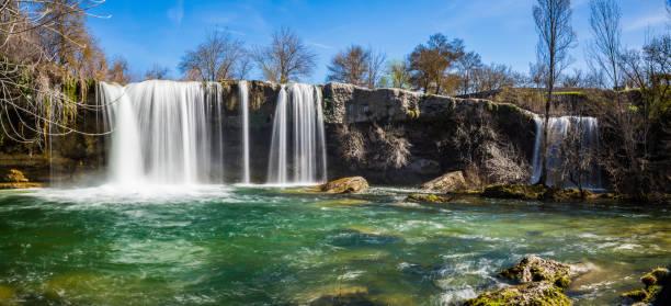 cascada del río en pedrosa de tobalina - burgos fotografías e imágenes de stock