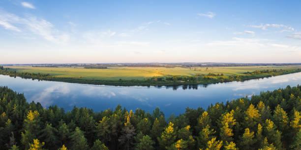 Fluss Daugava in der Nähe der Stadt Daugav-, Lettland – Foto