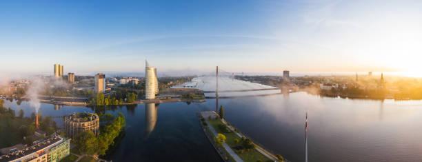 Fluss Daugava von Pardaugava Seite in Riga, Lettland fotografiert – Foto