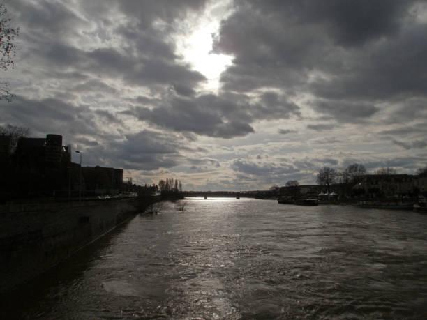 Achat appartement Angers. photo du fleuve qui passe le long de la ville. ciel nuageux