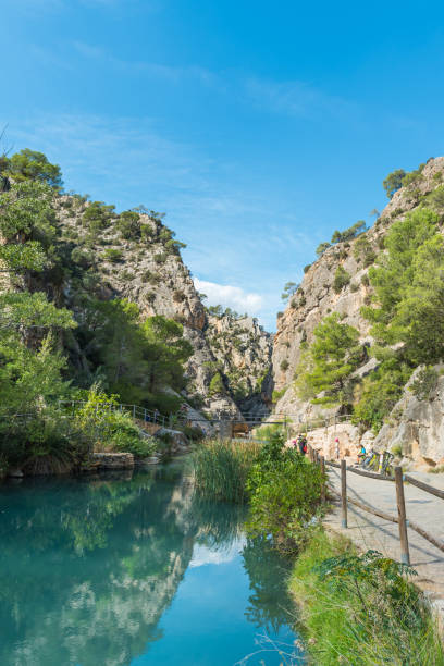 Flusslandschaft Heiligtum von La Fontcalda, Katalonien, Tarragona, Spanien. Vertikale – Foto