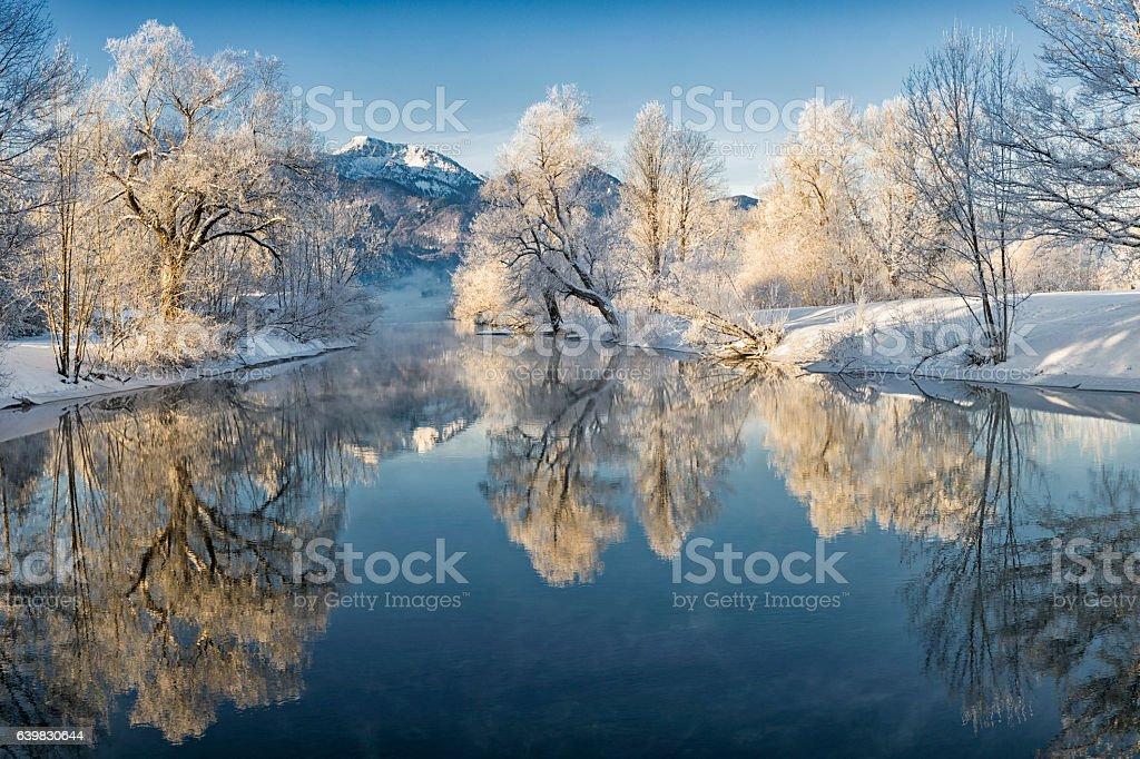 River Loisach entering Lake Kochel in Winter Lizenzfreies stock-foto