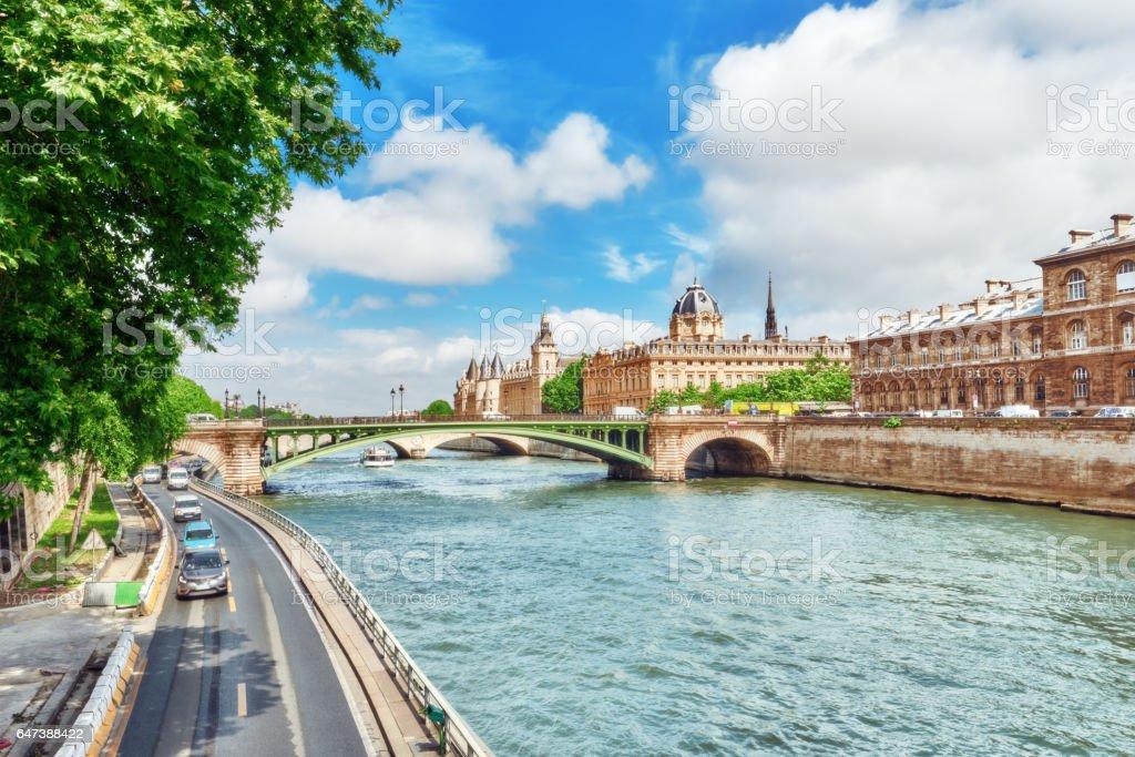 La Seine, greffe du Tribunal de commerce de Paris et le pont de changé dans Paris. France. - Photo
