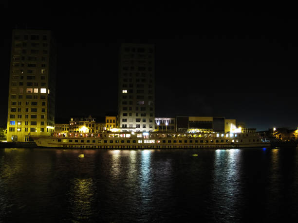 fluss-schiff am dock in der nacht - hotels in antwerpen stock-fotos und bilder