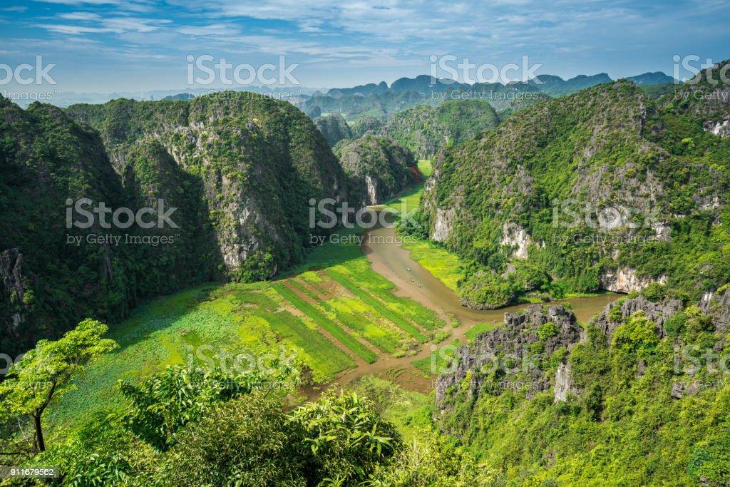 Fluss-Stream über Gebirgstal am oberen Rand hängen Mua Aussichtspunkt für Touristen für Reisen Sightseeing – Foto