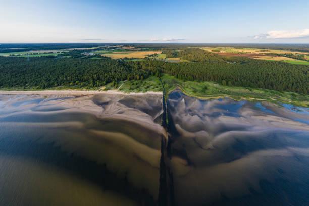 river svetupe estuary in baltic sea - estuário imagens e fotografias de stock