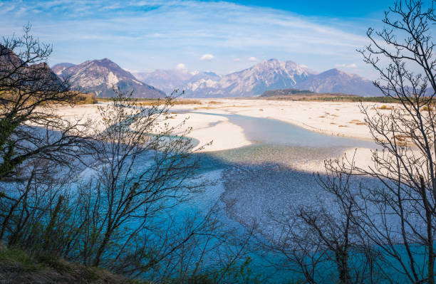 Fluss Tagliamento mit Bergen Blancot, Palantarins, Plauris, Cjampon und Cuarnan – Foto