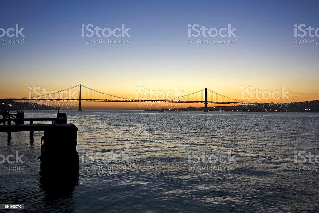 Fiume Tagus e il 15 aprile bridge vicino a Lisbona, Portogallo foto stock royalty-free