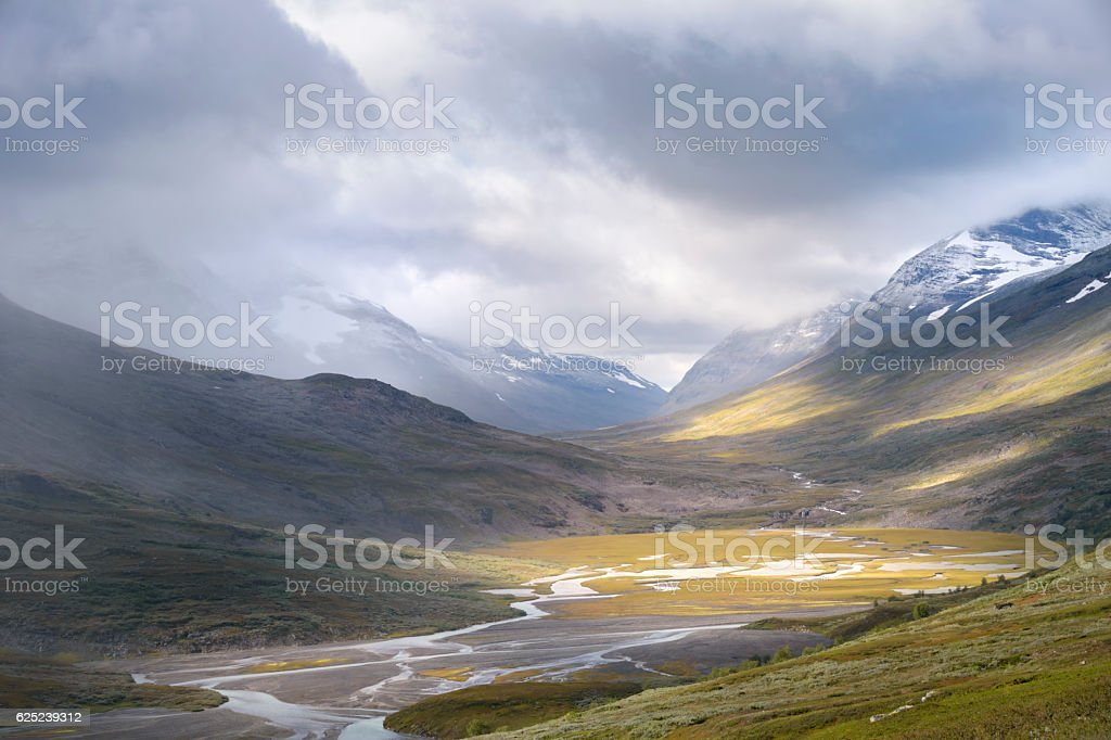River valley lighted by golden sun light in autumn landscape foto