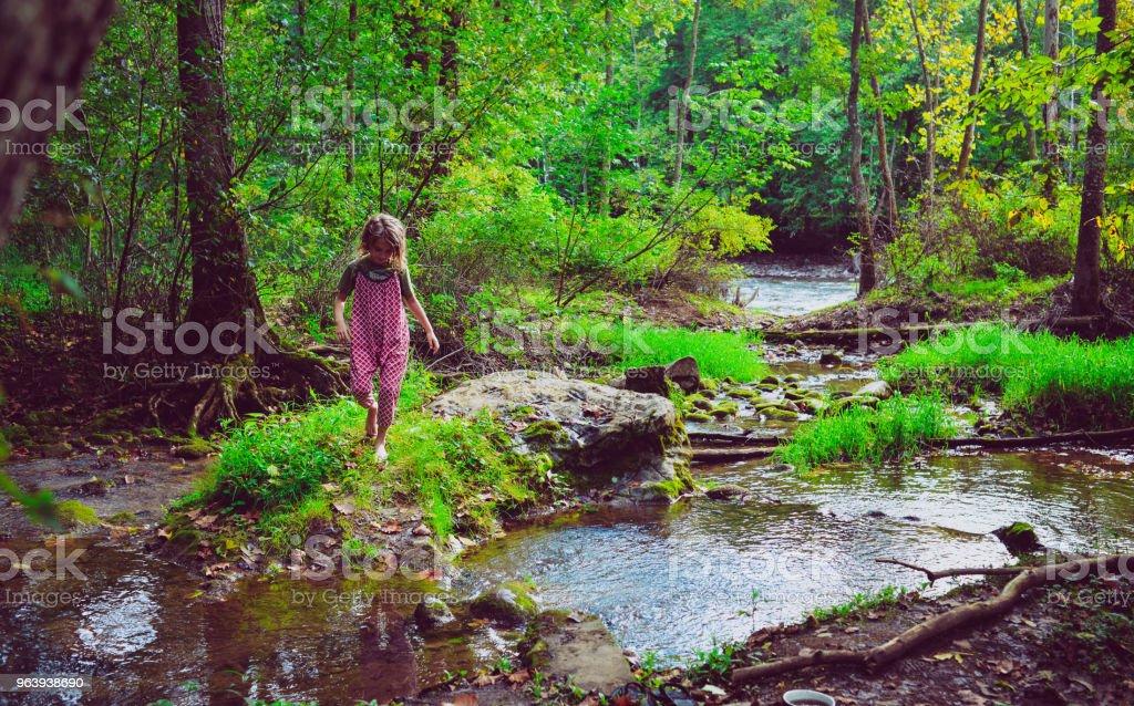 川の歩行 - 1人のロイヤリティフリーストックフォト