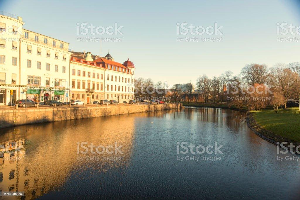 Rivière avec scandinave s'appuyant sur le côté gauche et côté droit est le parc. photo libre de droits