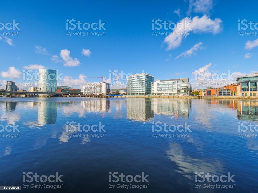Orilla del río Lagan, la ciudad de Belfast, Irlanda del norte, Reino Unido - foto de stock