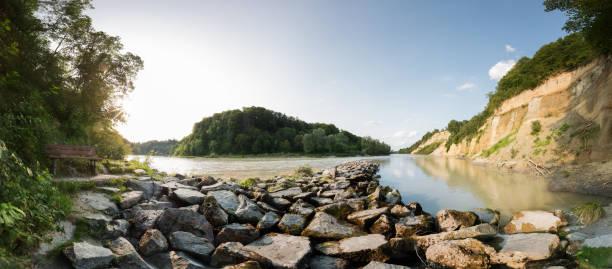 rivercourse mit steinen - burghausen stock-fotos und bilder