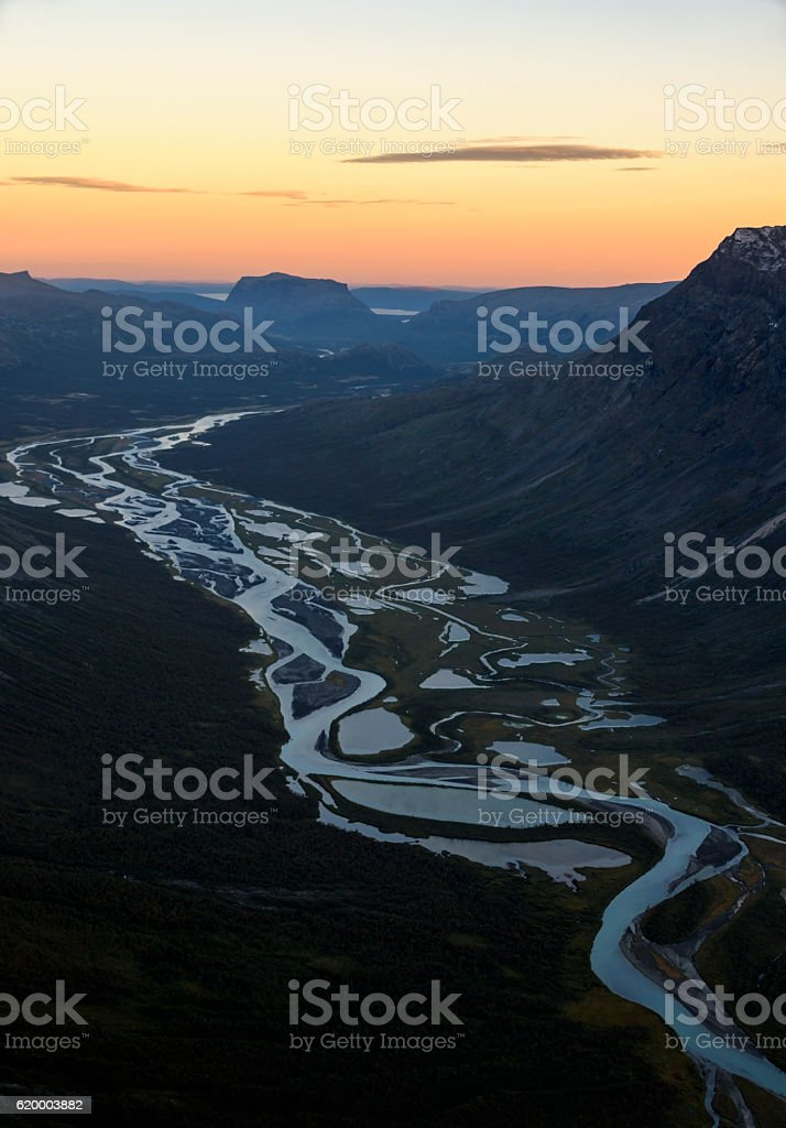 Rivers meandering through the mountain valleys Sarek, Sweden foto