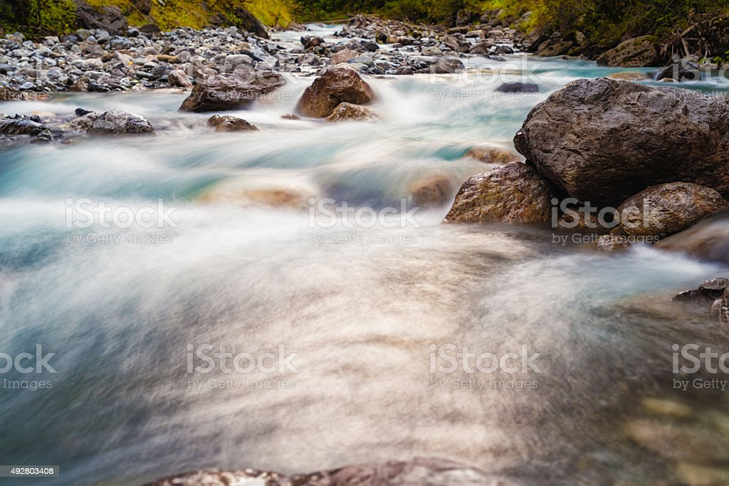 riverside am frühen Morgen die Sonne Reflexion auf watersurface – Foto