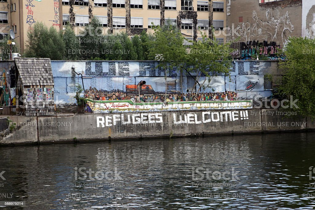 Riverside restaurant designed as refugee boat – Foto