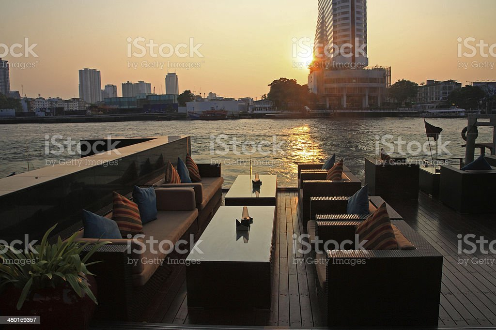 riverside restaurant bietet nahe dem Chao phraya river bei Sonnenuntergang – Foto