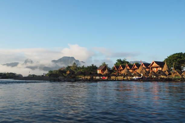 riverside restaurants und bungalow am nam song river - vang vieng stock-fotos und bilder