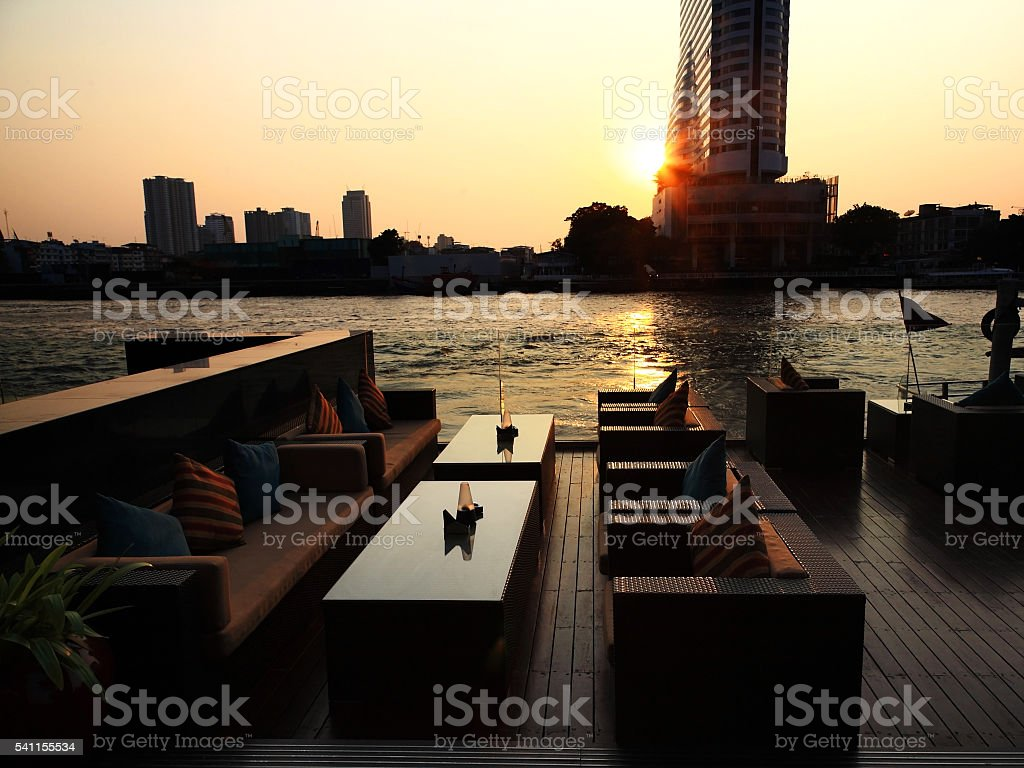 riverside resturant at sunset in Bangkok – Foto