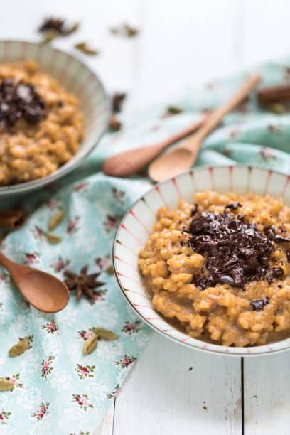 Riz au lait au Masala Thé Chai et Chocolat Riz au lait au Masala Thé Chai et Chocolat riz stock pictures, royalty-free photos & images