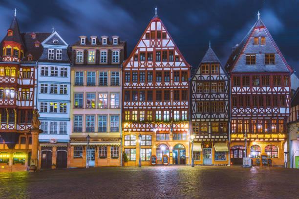 römerberg gamla torget på natten i frankfurt, tyskland - münchens nya rådhus bildbanksfoton och bilder