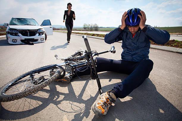 Estrada acidente. Carro e bicicleta - foto de acervo