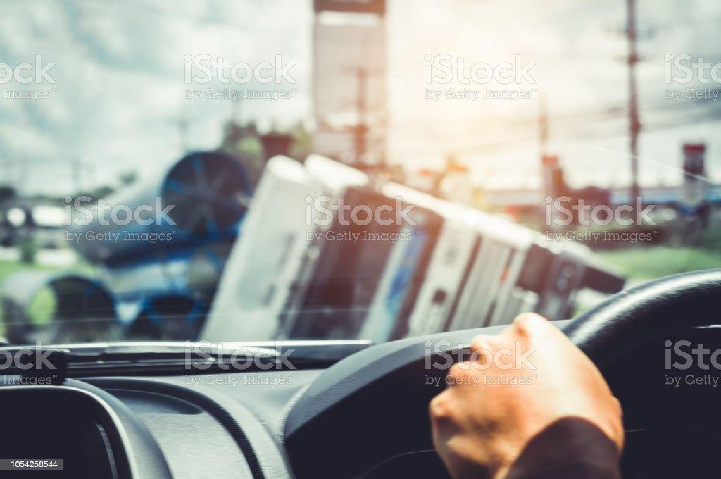 Accidentes de tráfico. Desenfoque la imagen del viejo camión volcado fuera de la carretera. - foto de stock