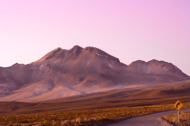 智利阿塔卡馬沙漠阿爾蒂普拉諾 (安第斯高原) 的道路和路標 - 阿爾蒂普拉諾山脈 個照片及圖片檔