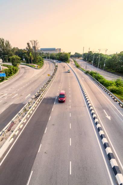 birdview da estrada e do carrossel que indica o bom transporte - sol nascente horizonte drone cidade - fotografias e filmes do acervo