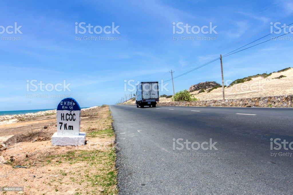 Straße und Dünen mit blauem Himmel in vietnam Lizenzfreies stock-foto