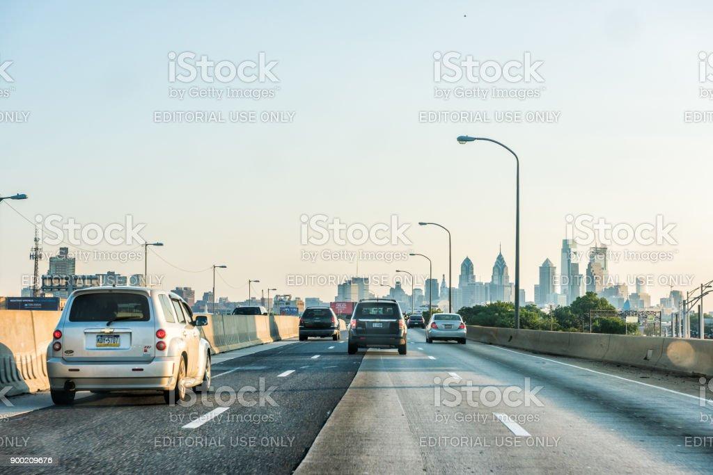 Carretera calle carretera en Pennsylvania con muchos coches en tráfico, vista al paisaje urbano del horizonte urbano de la ciudad al atardecer foto de stock libre de derechos