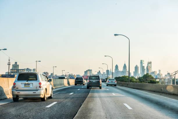straße und straße autobahn in pennsylvania mit vielen autos im verkehr, blick auf urbane stadt skyline stadtbild bei sonnenuntergang - twilight teile stock-fotos und bilder