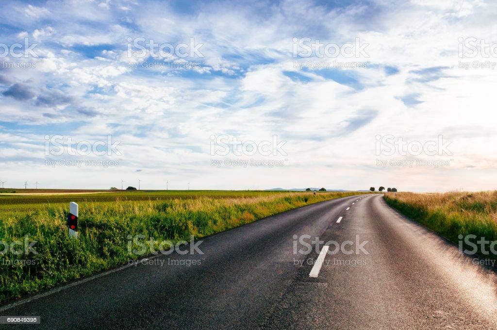 Road zwischen den Feldern – Foto