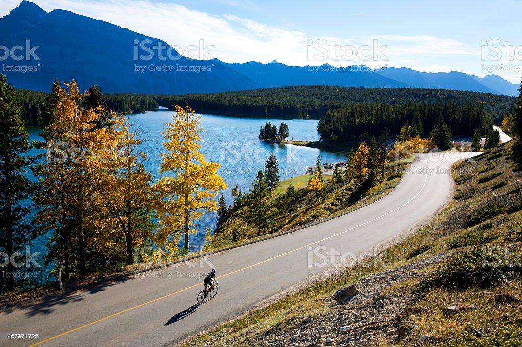 Ragazza in bicicletta su strada - foto stock