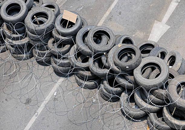 road blockade, bangkok, thailand (xxxl - sprüche über reisen stock-fotos und bilder