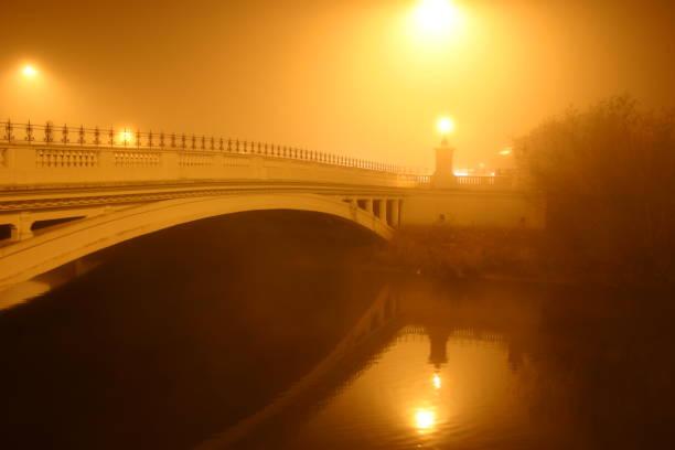 Straßenbrücke in Nebel gehüllt – Foto