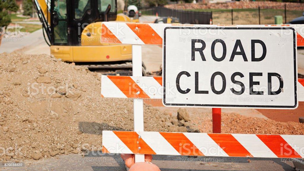 Estrada fechada o sinal e trator - construção de estradas - foto de acervo