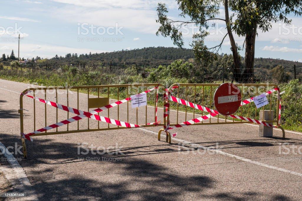 Corte de carretera en La Codosera, Badajoz, España debido al COVID-19 - Foto de stock de Asistencia sanitaria y medicina libre de derechos