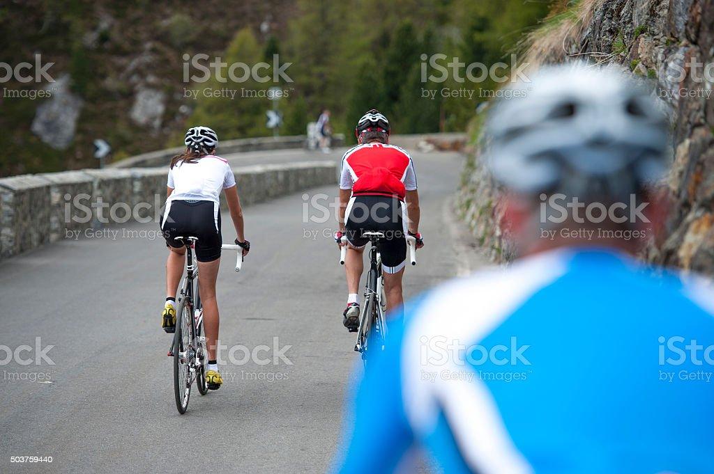 Ciclismo su strada vista da dietro-bici - foto stock