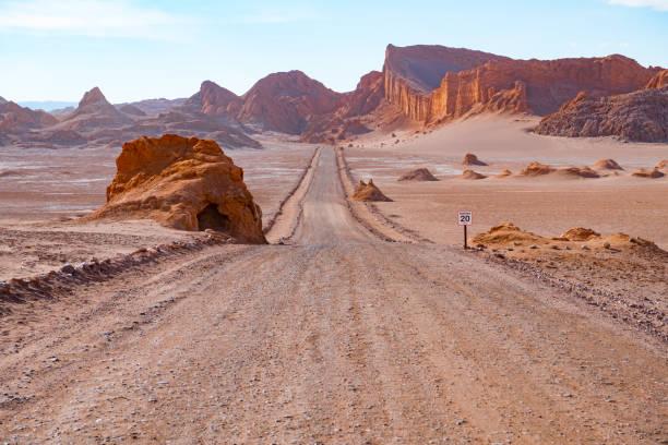 路在阿塔塔塔沙漠-月亮谷山 - 阿爾蒂普拉諾山脈 個照片及圖片檔