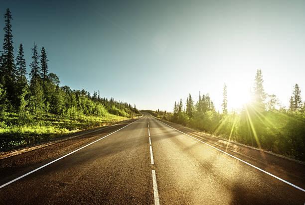 carretera en las montañas - vía fotografías e imágenes de stock