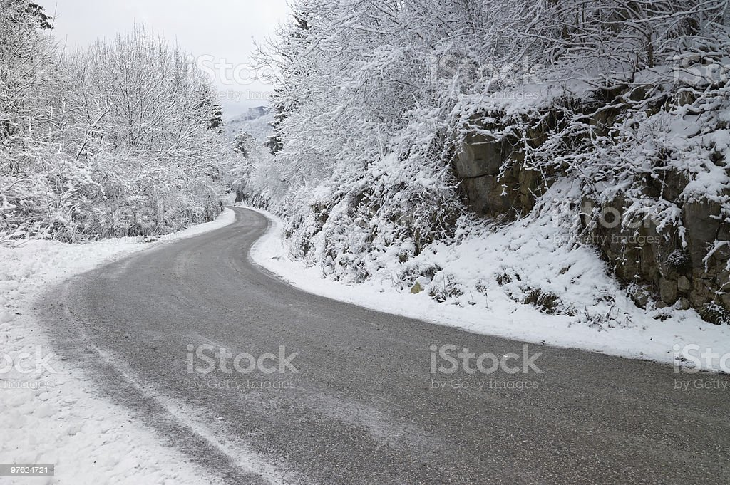 Road in the mountains during winter royaltyfri bildbanksbilder