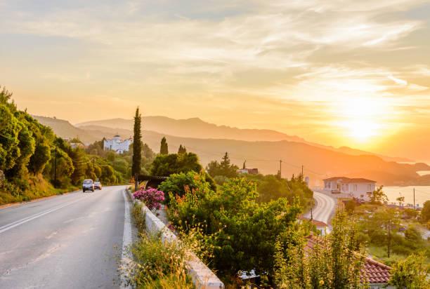 Straße in den Sonnenuntergang – Foto