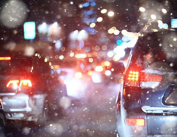 En invierno carretera en la noche, los atascos, nieve de la ciudad - foto de stock