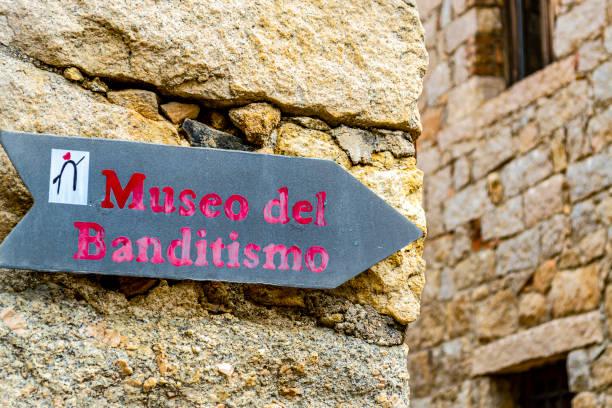 Road indication of the Museum of Banditism of Aggius (Sassari, Sardinia, Italy). - foto stock