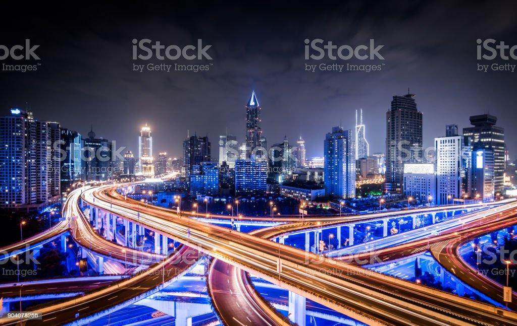 Road-Kreuzung in der Nacht – Foto