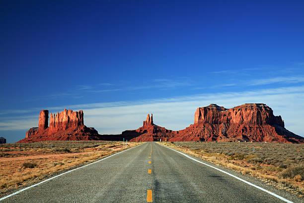 straße zum monument valley - colorado plateau stock-fotos und bilder