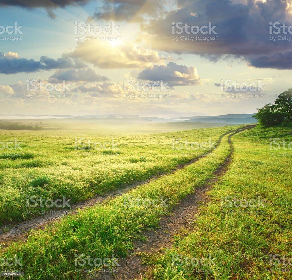 Road lane und tiefe Morgen Himmel. – Foto